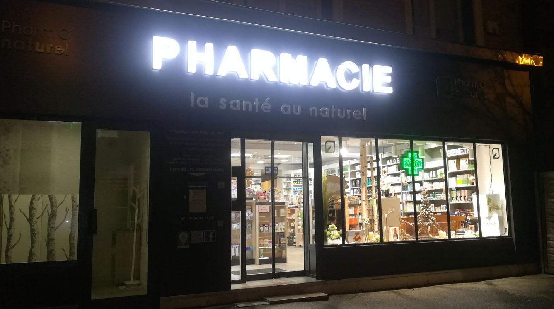 La façade de nuit de la Pharmacie Mai